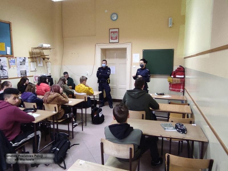 Uczniowie podczas zajęć prowadzonych przez funkcjonariuszy KPP we Wschowie
