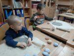 """Ceramika doskonała dla smyka – zajęcia terapeutyczne w Przedszkolu Specjalnym """"Kraina Tęczy"""" w SOSW we Wschowie"""