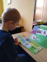 """Kiedy brak słów… – zajęcia terapeutyczne w Przedszkolu Specjalnym """"Kraina Tęczy"""" w SOSW we Wschowie"""