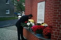 Poseł Marek Ast składa kwiaty pod pomnikiem upamiętniającym odzyskanie niepodległości