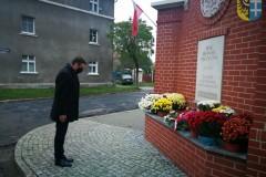 Poseł Marek Ast pod pomnikiem upamietniającym odzyskanie niepodległości
