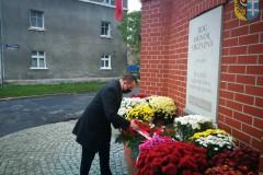 Starosta Wschowski Andrzej Bielawski sklada kwiaty pod pomnikiem upamiętniającym odzyskanie niepodległości