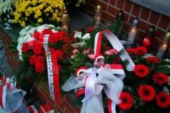 Kwiaty pod pomnikiem upamiętniającym 100 lecie odzyskania niepodległości